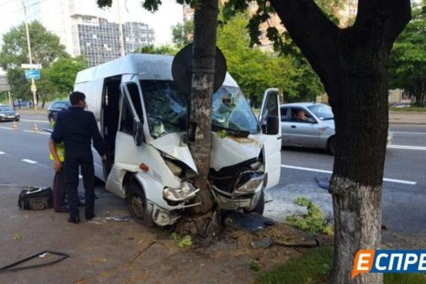 В Киеве маршрутка врезалась в столб, в больницу попали девять человек (фото)