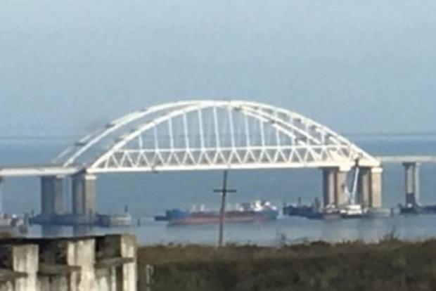 Росія пропустила три своїх кораблі під Кримським мостом