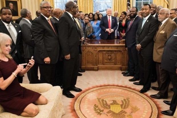 Советница Трампа объяснила американцам свои ноги на диване в Овальном кабинете