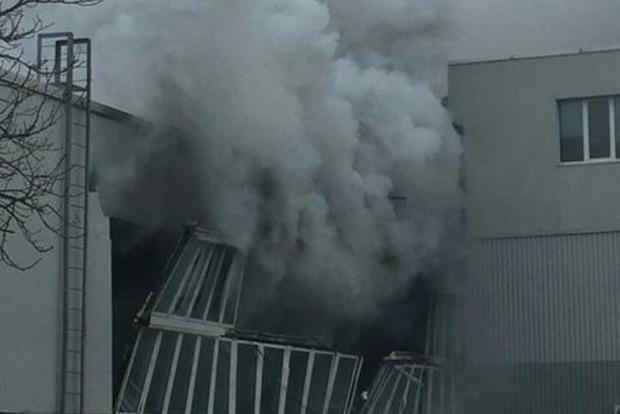 На складе с газовыми баллонами в Киеве произошел сильный пожар