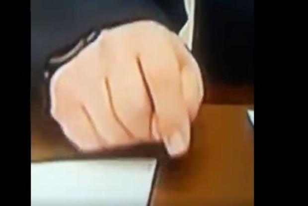 Крутит фиги, когда обещает. Россияне подловили Путина на лжи