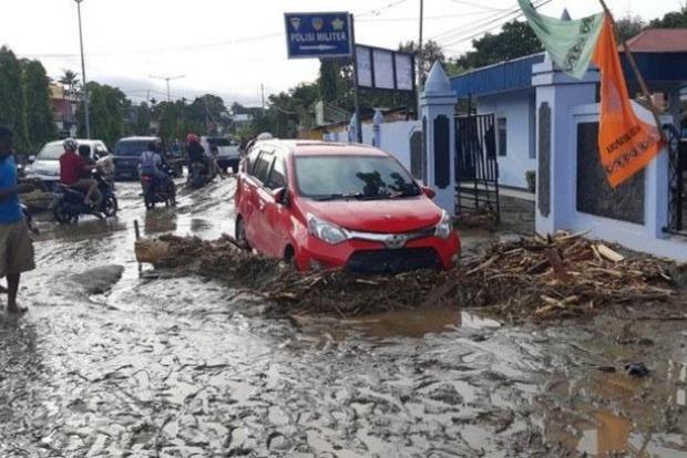 Число жертв наводнений в Индонезии возросло до 63 человек