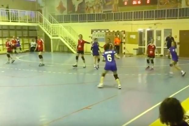 В РФ юная гандболистка прыгнула ногами на голову сопернице