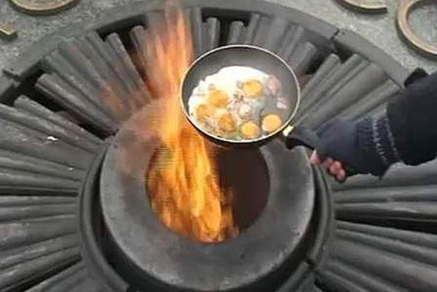 Девушка, жарившая яичницу на Вечном огне, выиграла дело в ЕСПЧ