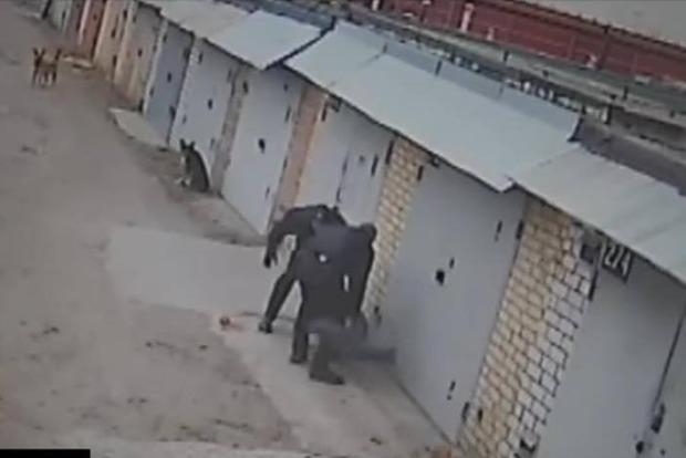 В Киеве патрульные избили гражданина за попытку снять их на видео