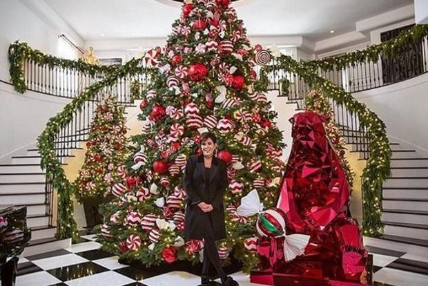 Сестры Кардашьян устроили конкурс, у кого круче новогодняя елка