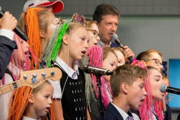 Дно пробито: детский хор в РФ поет Владимирский централ для налоговиков (видео)