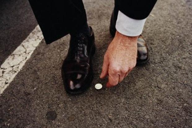 Когда можно подбирать найденные деньги на улице, и где их брать категорически нельзя