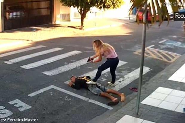 Мать убила грабителя, который хотел напасть на детей перед школой (видео 18+)