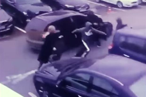 Появилось видео дерзкого ограбления на 3 млн грн в Киеве