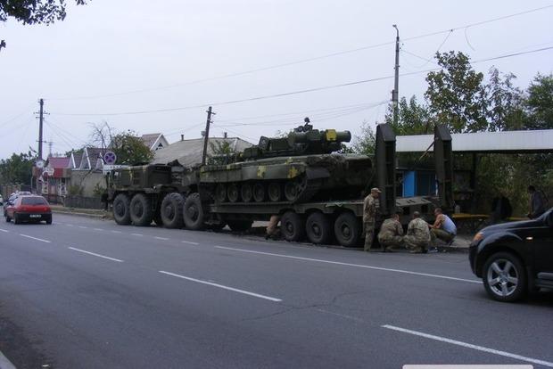 В Первомайске армейский тягач с танком снес фонарный столб и уехал