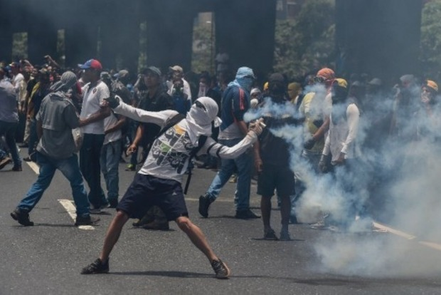 В Венесуэле во время массовых протестов погибли три человека