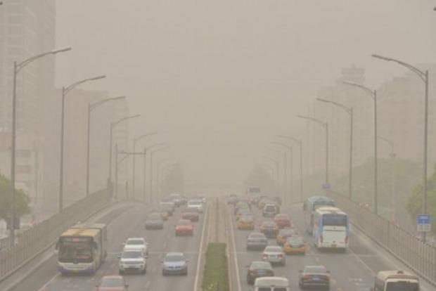 Пекин накрыла мощная пыльная буря, жителей просят не покидать дома