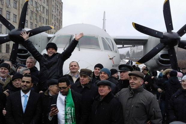 Порошенко представил новый самолет АН-132D, созданный за рекордные 1,5 года
