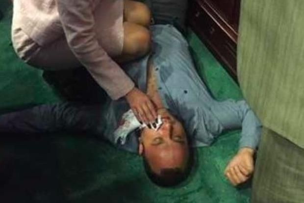 Появилось видео потасовки вКиевском облсовете, где депутату сломали челюсть