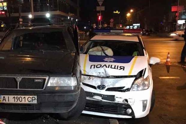 В Киеве пьяный подросток на угнанном авто протаранил патрульных