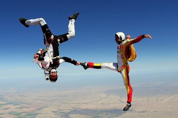 В США один парашютист столкнулся в небе с другим, есть погибший
