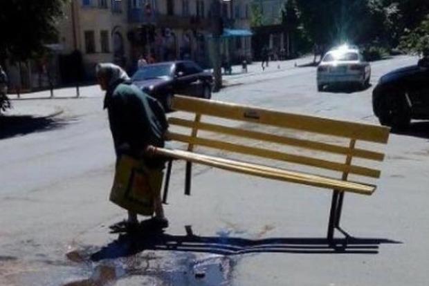 В Черновцах старушка ворует лавочки из центра города. Эпохальное видео