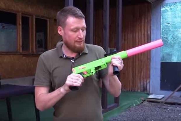 «Для охраны сексшопов». В сети высмеяли «гламурное» оружие «ДНР»
