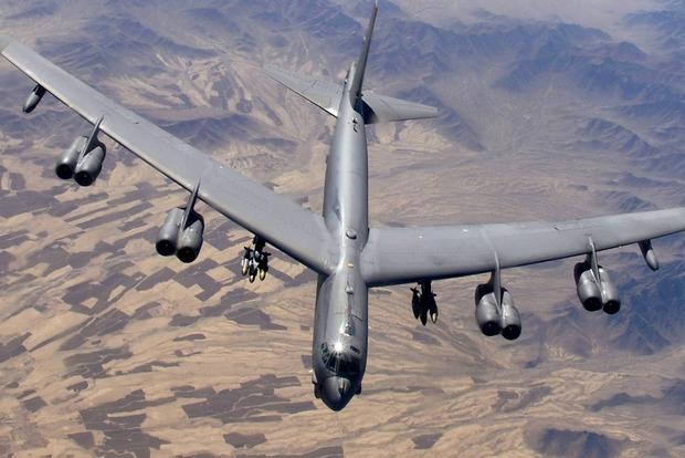 В США у бомбардировщика отвалился двигатель во время полета