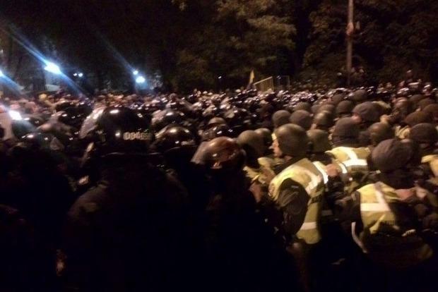 Под Радой возобновились стычки правоохранителей и митингующих