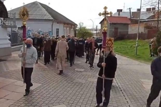 Карантин ни по чем: на Львовщине священник устроил крестный ход