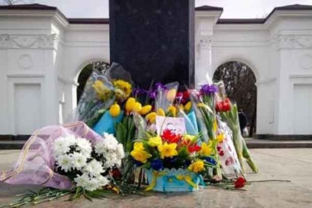 В Крыму к памятнику Шевченко несли цветы с сине-желтыми лентами