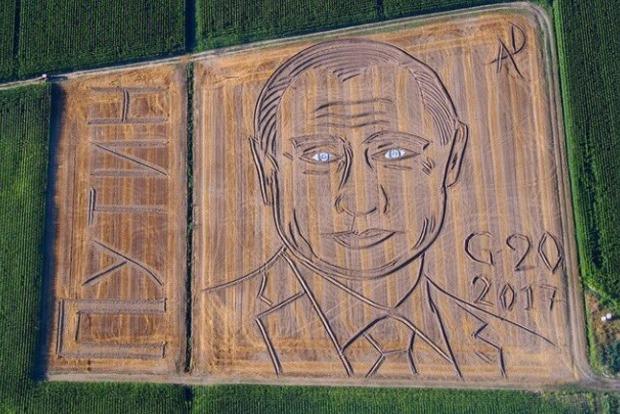 Соцсети сравнивают нарисованного на поле Путина с зомби и Фантомасом