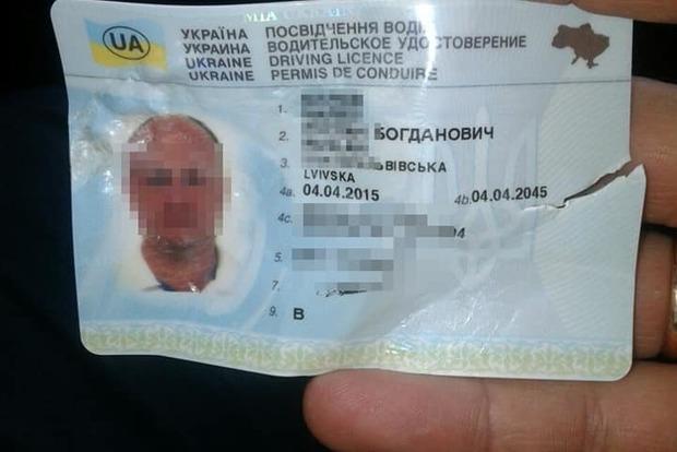 Ледь не вдавився: порушник ПДР у Києві намагався з'їсти права і вкусив патрульного