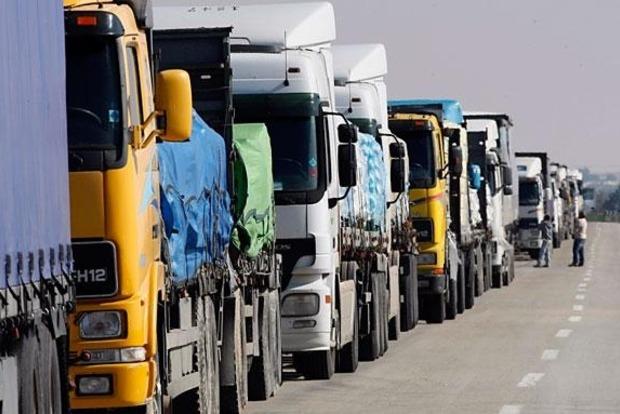 Грузовые фуры продолжают въезжать в Крым через пункт пропуска Каланчак