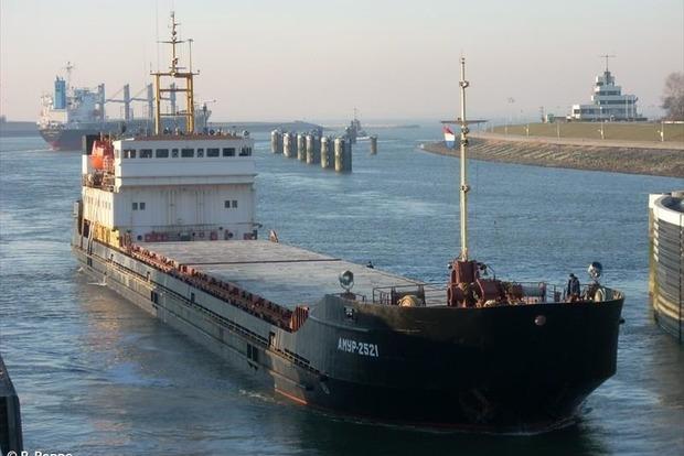 Под Одессой моряк забаррикадировался на судне и требует зарплату