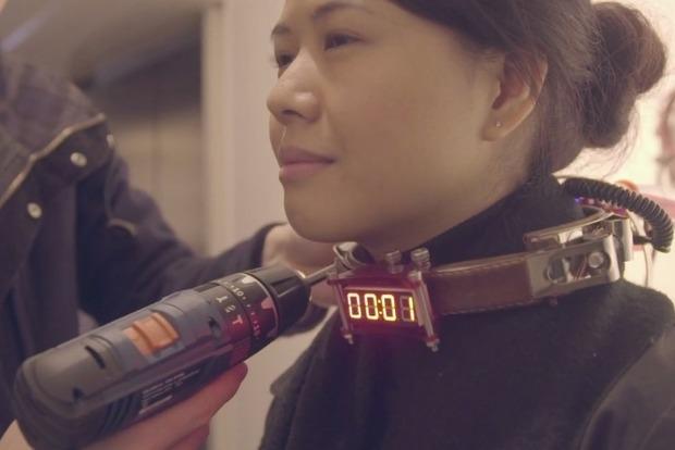 На арт-выставке в Гонконге посетителей заковывают в электронный ошейник