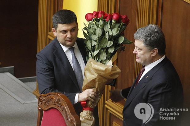 Порошенко і Гройсман привітали українок з 8 Березня
