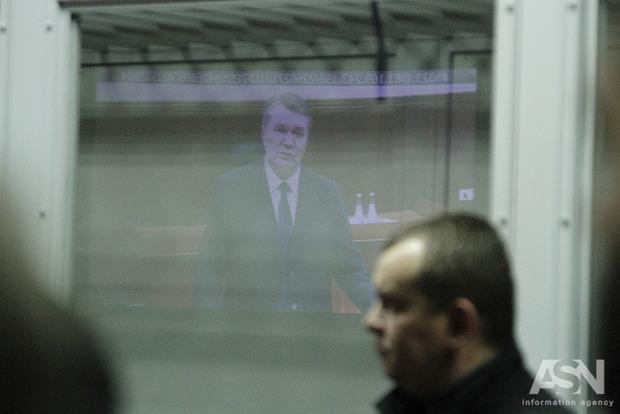 Янукович заявил, что живет в достатке, но очень страдает