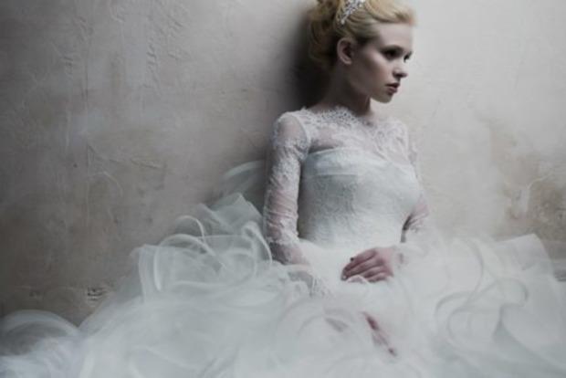 Женщина собирается сшить свадебное платье из волос умершей матери