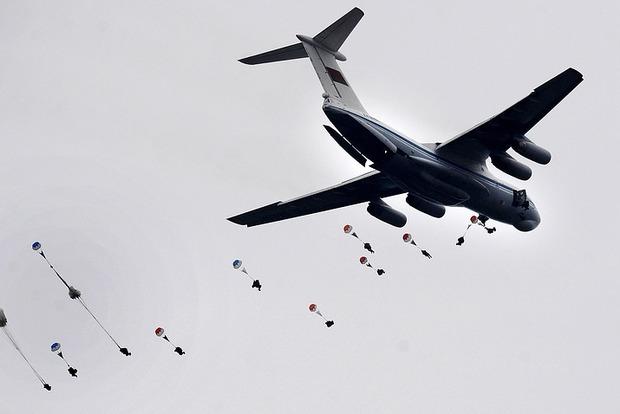 В России после учебного прыжка с парашютом пропали трое ВДВшников