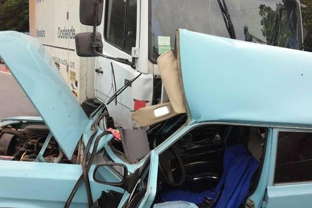 Натрассе Киев— Чоп грузовой автомобиль неразминулся слегковушкой: необошлось без жертв