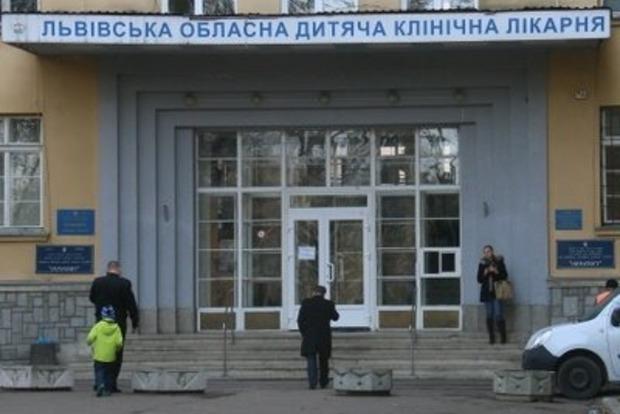 Пив на роботі: Із Львівської дитячої лікарні Охматдит звільнили лікаря