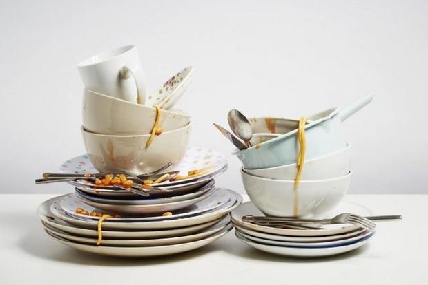Почему нельзя мыть посуду в гостях. Народные приметы