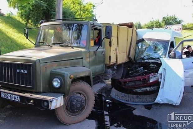 В Кривом Роге мусоровоз столкнулся с маршруткой: пострадали 7 человек