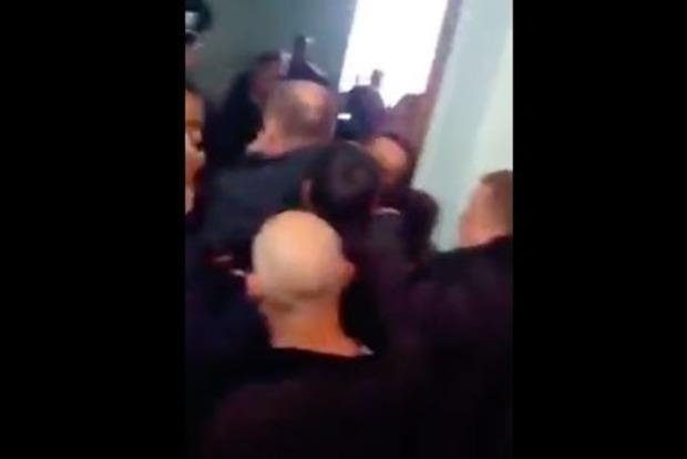 В Полтаве мэр с боем прорывался из горсовета: его схватили за шею
