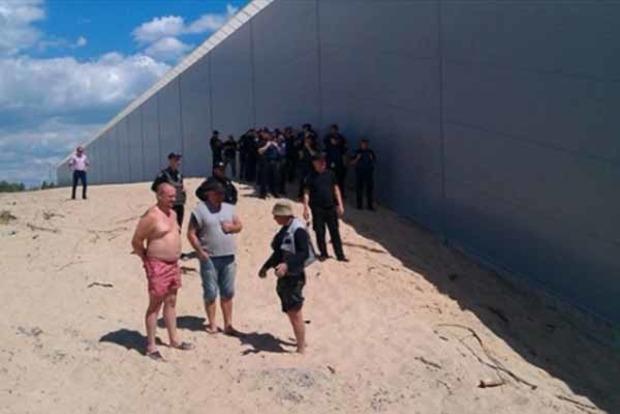 Туда виза нужна? Соцсети возмутила огромная стена вокруг особняка чиновника в Конча-Заспе