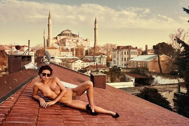 Скандальная бельгийская модель показала вагину в мечети Стамбула (18+)