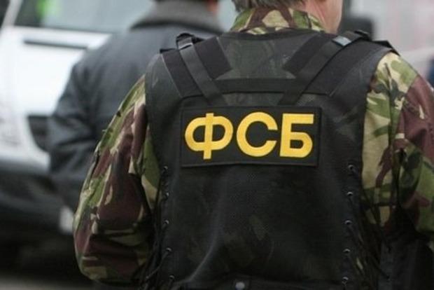 Вооруженные силовики блокируют улицу крымского села