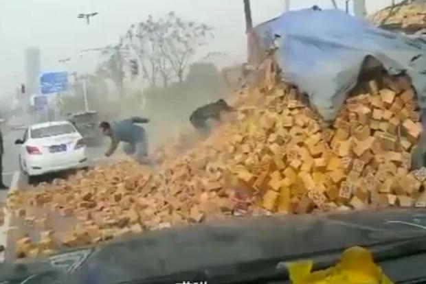 Двое китайцев остались без единой царапины после падения на них грузовика с кирпичами