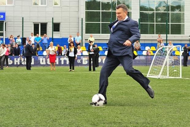 Янукович в компании Медведева и Пескова посетил матч Россия-Испания