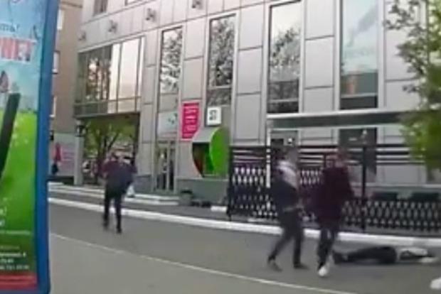 Борьба с алкоголизмом по-киевски: мстители избивают пьяных на улице
