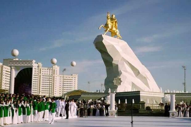 В Туркменистане обязали штрафовать граждан за отсутствие масок, хотя официально COVID-19 в стране нет