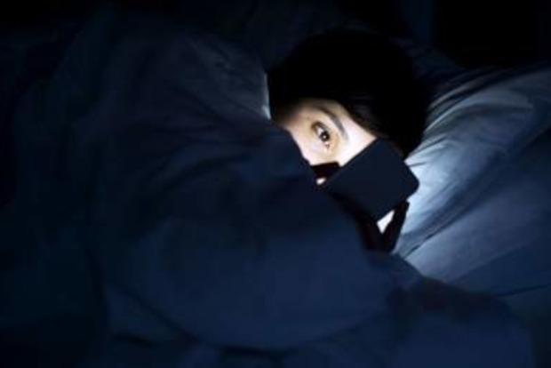 Медики рассказали, может ли смартфон лишить нас зрения