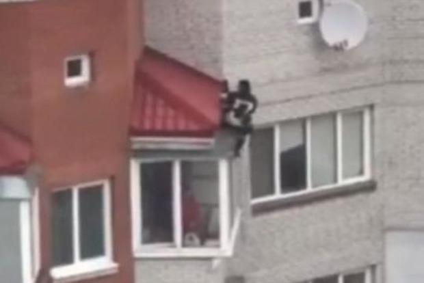 Спасатель затолкал обратно. Подростка-самоубийцу спасли от прыжка с 9 этажа